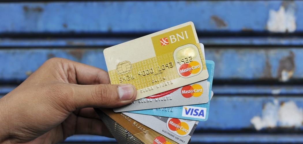 Warga di Jakarta memperlihatkan sejumlah kartu kredit. - Antara Foto / Ismar Patrizki.