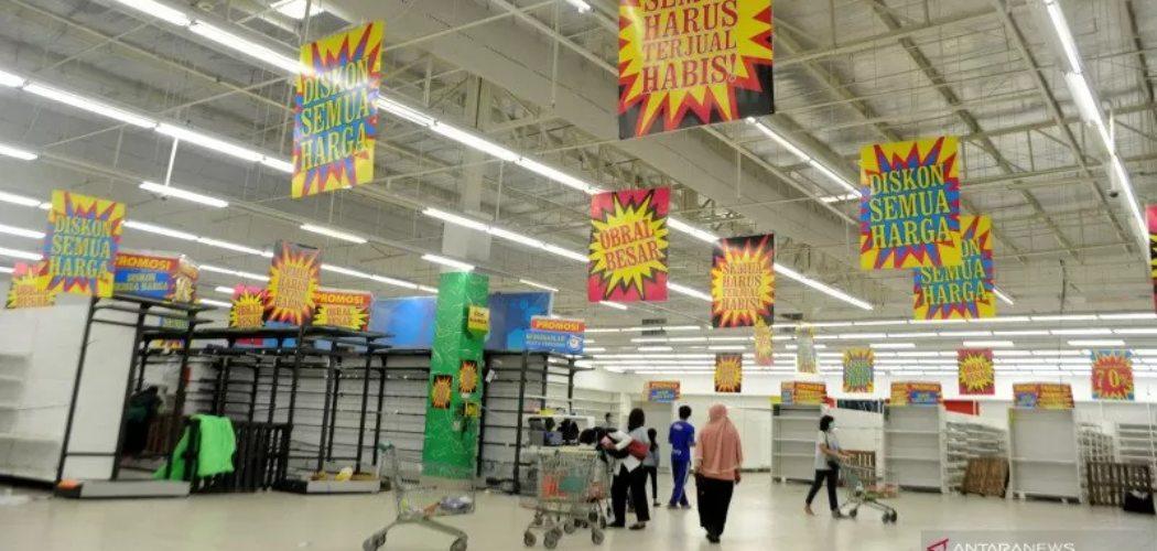 Sejumlah konsumen memilih produk yang tersisa pada hari terakhir pengoperasian toko ritel Giant Ekstra di Palembang, Sumatra Selatan, Selasa (17/3/2021). ANTARA FOTO/Feny Selly - rwa.