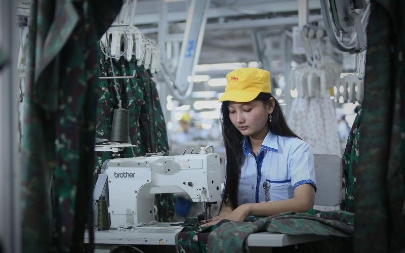 Seorang karyawan tengah menjahit seragam militer di pabrik PT Sri Rejeki Isman Tbk. Divisi garmen merupakan salah satu pilar usaha perusahaan tekstil berbasis di Solo tersebut. - sritex.co.id