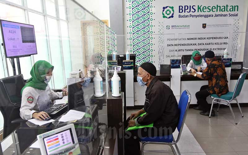 Pegawai melayani peserta BPJS Kesehatan di Jakarta, Senin (13/7/2020). Bisnis - Eusebio Chrysnamurti
