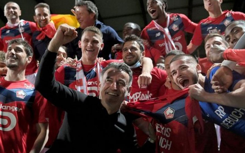 Christophe Galtier merayakan gelar juara Ligue 1 Prancis bersama para pemain Lille. - BBC