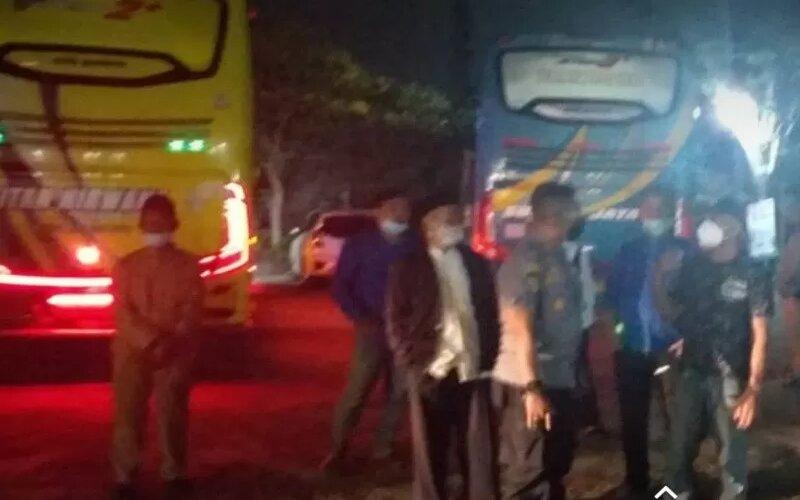 Dinas Perhubungan Kabupaten Kudus, Jawa Tengah, tengah memberikan pengertian kepada awak bus maupun ketua rombongan peziarah yang masuk Kota Kudus untuk balik arah karena tingginya kasus Covid-19 di kota ini, Senin (24/5 - 2021) malam.