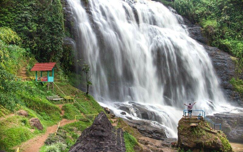 Ilustrasi destinasi wisata alam di Jabar.