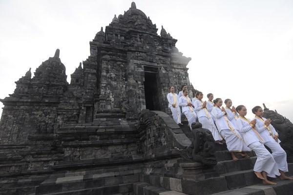 Sejumlah Umat Buddha keluar dari Candi Sewu saat prosesi Sarana Puja Waisak di Candi Sewu, Prambanan, Klaten, Jawa Tengah, Sabtu (18/5/2019). Kriab Prosesi Sarana Puja Waisak dari Candi Lumbung menuju Candi Sewu dengan membawa api alam Mrapen Grobogan dan air suci dari tujuh sumber mata air itu sebagai wujud penghormatan umat Buddha dalam merayakan Waisak 2563 BE/2019. - ANTARA / Aloysius Jarot Nugroho