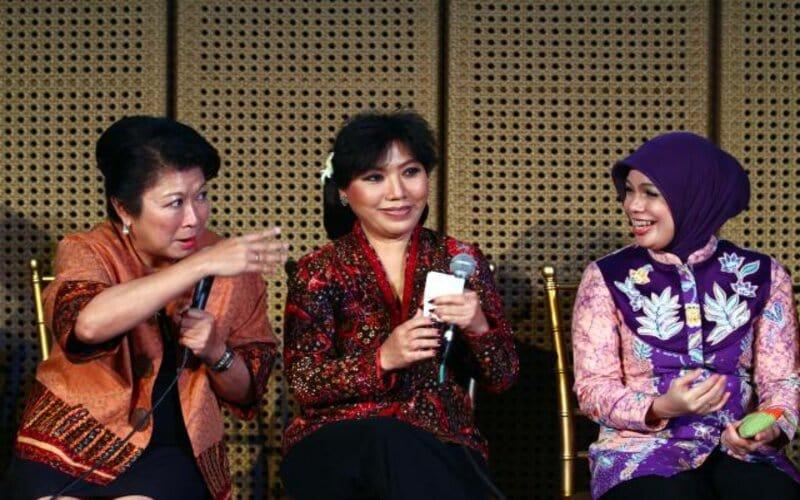 Mari Elka Pangestu (dari kiri), Perancang Busana Anne Avantie, dan Ibu Gubernur Jawa Tengah Atiqoh Ganjar Pranowo. - Bisnis
