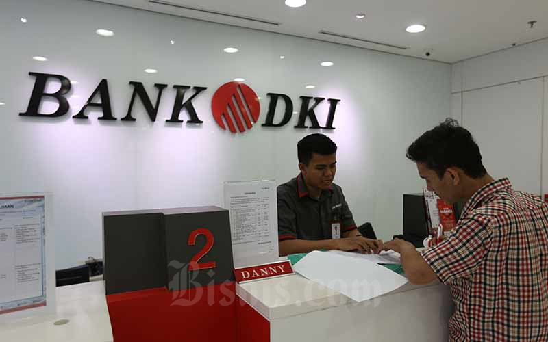 Nasabah melakukan transaksi di salah satu kantor cabang Bank DKI di Jakarta, Rabu (14/8/2019). Bisnis - Nurul Hidayat