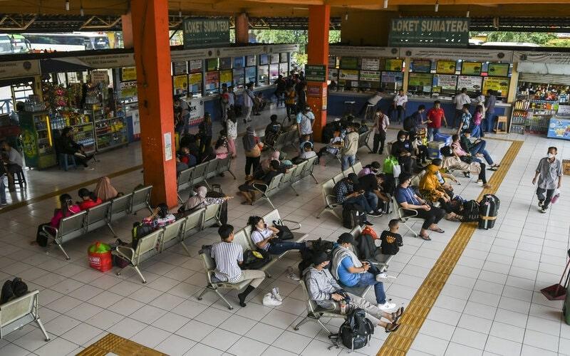 Sejumlah calon pemudik menanti kedatangan bus, di Terminal Kampung Rambutan, Jakarta, Rabu (19/5/2021). - Antara/Galih Pradipta.