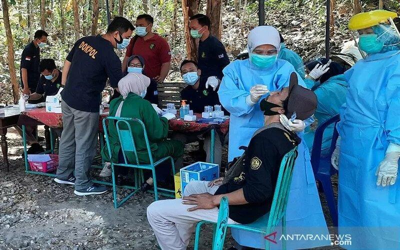 Petugas kesehatan melakukan tes swab terhadap pelaku wisata di Gunung Kidul. - Antara