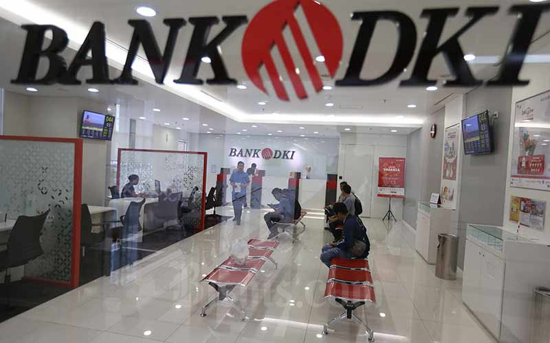 Nasabah melakukan transaksi di salah satu kantor cabang Bank DKI di Jakarta, Rabu (14/8 - 2019).