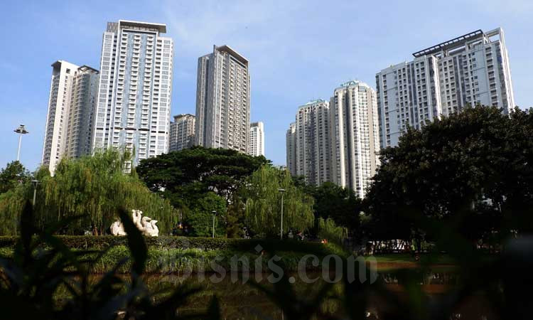 Bangunan gedung apartemen berdiri di dekat taman kota di Jakarta, Selasa (10/3/2020). Bisnis - Dedi Gunawan