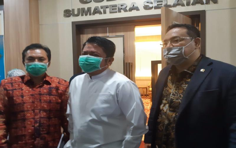 Kepala BPH Migas M. Fanshurullah Asa (dari kiri) bersama Gubernur Sumsel Herman Deru dan Anggota Komisi VII DPR RI Yulian Gunhar usai membahas pengaturan dan pengawasan BBM bersubsidi dan penugasan khusus di Sumsel.  - Bisnis/Dinda Wulandari