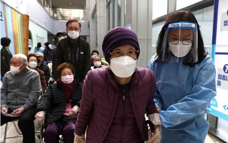 Seorang perempuan lanjut usia Korea Selatan saat akan menerima dosis pertama vaksin penyakit virus korona (Covid-19) Pfizer-BioNTech di pusat vaksinasi di Seoul, Korea Selatan, Kamis (1/4/2021)./Antara/Reuters-Chung Sung-Jun - Pool