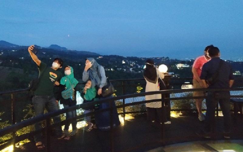 Sejumlah wisatawan menyaksikan fenomena gerhana bulan di kawasan wisata Lembang, Kabupaten Bandung Barat - Antara