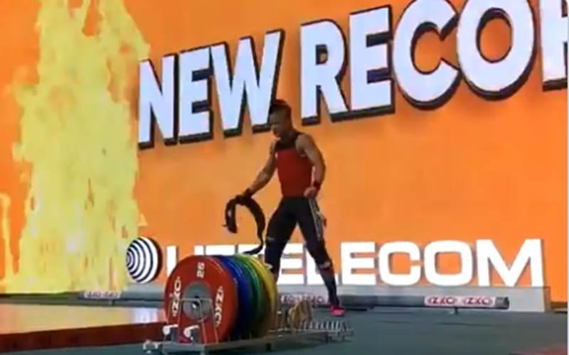Rizki berhasil menciptakan rekor baru pada Kejuaraan Dunia Angkat Besi Junior 2021. - IWF