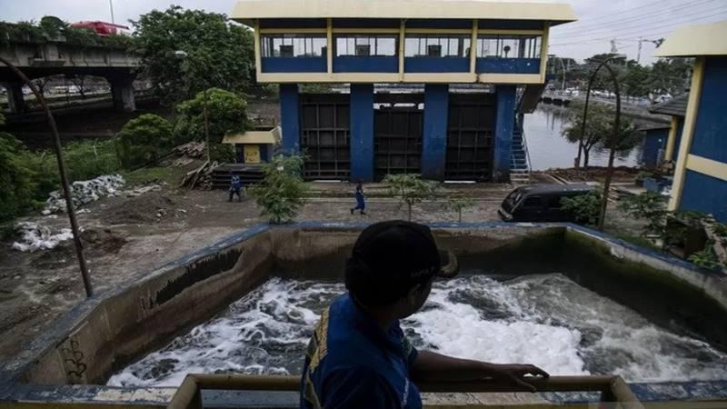 Ilustrasi - Petugas Suku Dinas Sumber Daya Air Aliran Timur memantau aliran air di Stasiun Pompa Ancol, Jakarta Utara, Rabu (8/1/2020). - Antara