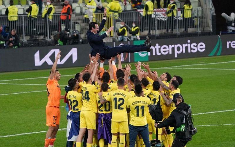 Para pemain Villarreal melakukan selebrasi dengan trofi Liga Europa 2020/21 yang mereka menangi seusai menaklukkan Manchester United dalam partai final di Stadion Miejski, Gdansk, Polandia, Rabu (26/5/2021) waktu setempat./Antara - Reuters/Mata Hitij