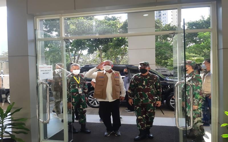 Kepala Badan Nasional Penanggulangan Bencana (BNPB) sekaligus Ketua Satuan Tugas Penanganan Covid-19 Ganip Warsito ditemani Panglima Komando Daerah Militer Jayakarta Mayjen TNI Dudung Abdurachman mengunjungi Rumah Sakit Darurat Covid-19 Wisma Atlet Kemayoran, Jakarta Pusat, pada Rabu (26/5/2021). JIBI - Bisnis/Nyoman Ary Wahyudi
