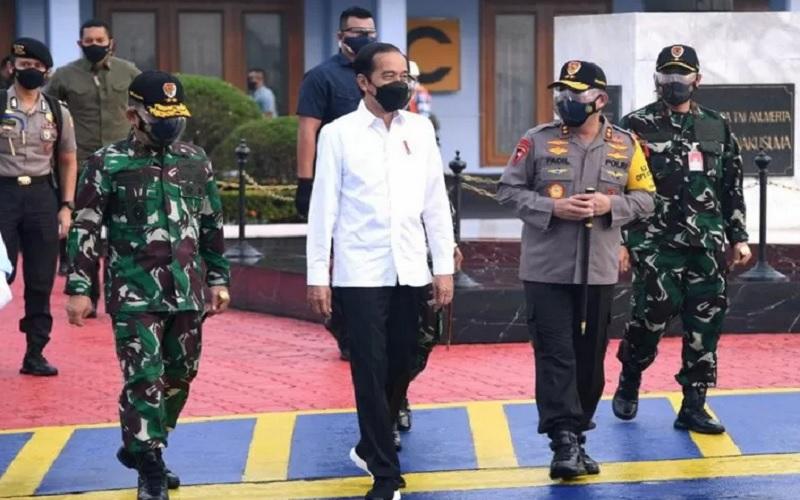 Presiden RI Joko Widodo bertolak menuju Provinsi Jawa Timur dari Pangkalan TNI AU Halim Perdanakusuma, Jakarta, Kamis (6/5/2021). - Antara \r\n\r\n
