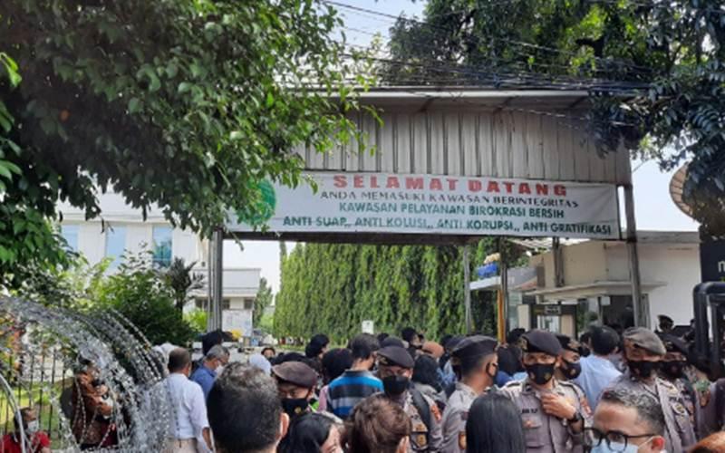 Suasana di depan gedung Pengadilan Negeri Jakarta Timur saat berlangsungnya sidang Rizieq Shihab dengan agenda pemeriksaan saksi dari Jaksa Penuntut Umum (JPU), Senin (12/4/2021). - Antara/Yogi Rachman