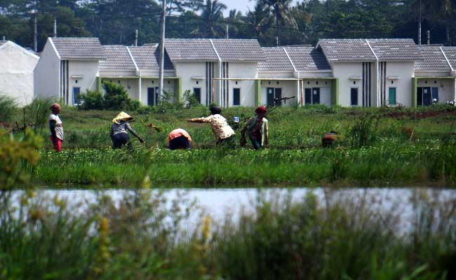Pekerja menyelesaikan pembangunan perumahan di Jonggol, Kabupaten Bogor, Jawa Barat./Bisnis.com - Abdurachman