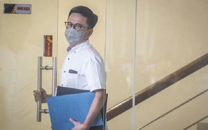 Direktur Utama nonaktif Perusahaan Umum Daerah (Perumda) Pembangunan Sarana Jaya Yoory Corneles Pinontoan berjalan keluar usai menjalani pemeriksaan di Gedung KPK, Jakarta, Kamis (8/4/2021). - Antara