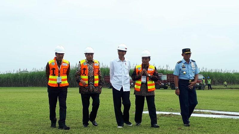 Presiden Joko Widodo (tengah) meninjau lokasi Bandara Jenderal Besar Soedirman di Purbalingga, Jawa Tengah yang akan dikembangkan menjadi bandara komersial, Senin (23/4/2018).  - Bisnis/Amanda Kusumawardhani
