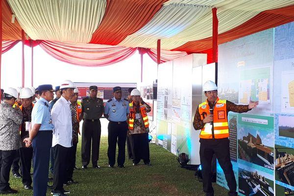 Presiden Joko Widodo (keempat kiri) menyimak penjelasan mengenai pengembangan Bandara Jenderal Besar Soedirman di Purbalingga, Jawa Tengah, Senin (23/4). - Bisnis/Amanda Kusumawardhani