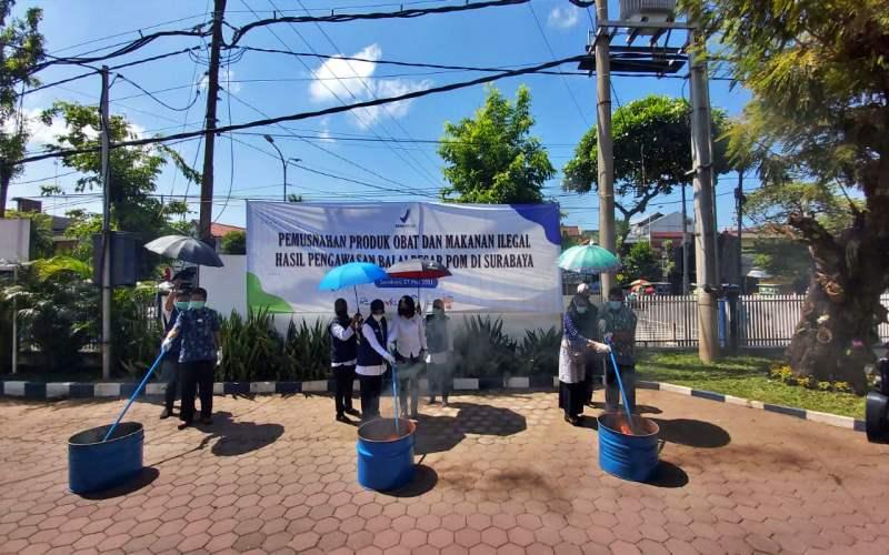 Proses pemusnahan produk obat dan makanan ilegal hasil pengawasan BBPOM di Surabaya, Jawa Timur.  - Istimewa
