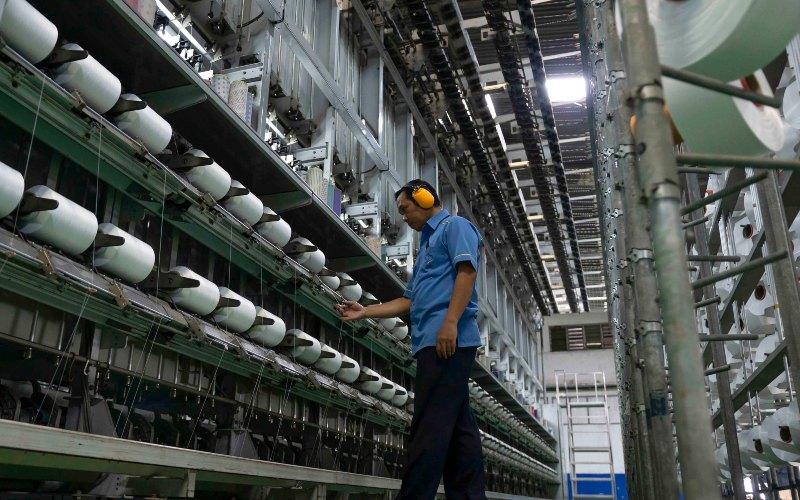 Proses texturizing di fasilitas produksi PT Trisula Textile Industries Tbk. Dalam tahap ini, benang-benang filament diproses dengan temperatur dan tekanan tertentusehingga menghasilkan efek keriting, ketebalan yang elastis, dan mempunyai crimp yang tinggi.  - trisulatextile.com