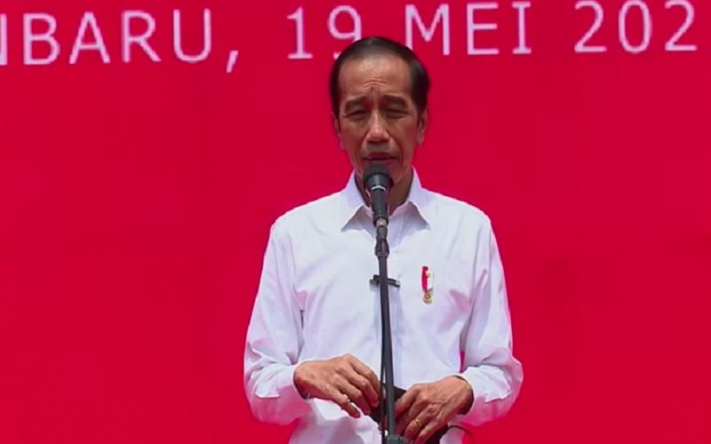 Presiden Joko Widodo usai meninjau vaksinasi Covid-19 di GOR Pekanbaru, Kota Pekanbaru, Riau, Rabu (19/5/2021).  - Antara