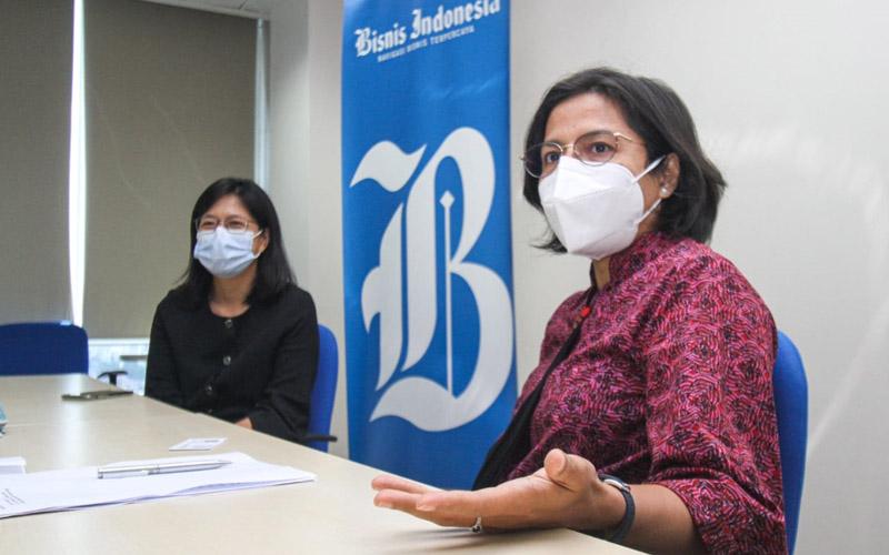 Pemimpin Redaksi Bisnis Indonesia Maria Yuliana Benyamin (kanan) didampingi CEO Primaya Hospital Leona A. Karnali memberikan pemaparan saat kunjungan Primaya Hospital Group ke redaksi Bisnis Indonesia di Jakarta, Kamis (27/5/2021). JIBI/Bisnis - Arief Hermawan P