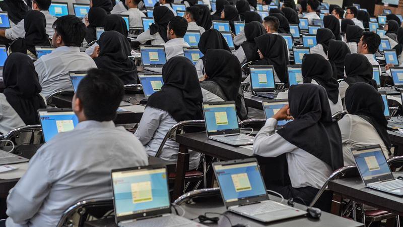 Ilustrasi. Sejumlah peserta mengikuti Seleksi Kompetensi Dasar (SKD) berbasis Computer Assisted Test (CAT) untuk Calon Pegawai Negeri Sipil (CPNS) di Gedung Serba Guna Balekota Tasikmalaya, Jawa Barat, Sabtu (1/2/2020). -  ANTARA / Adeng Bustomi