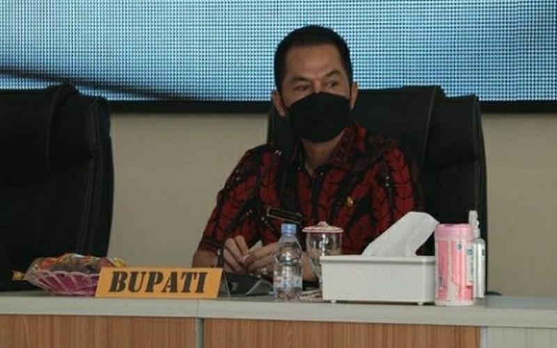 Bupati Kudus HM Hartopo saat mendengarkan arahan dari Kapolda Jateng dan Pangdam IV Diponegoro. -  Dok. @pemkabkudus