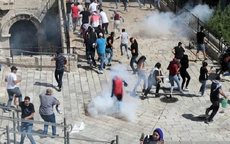 Para pengunjuk rasa Palestina berdemonstrasi sebagai rasa solidaritas mereka di tengah pertempuran Israel-Gaza, di Kota Tua Yerusalem, Selasa (18/5/2021). - Antara