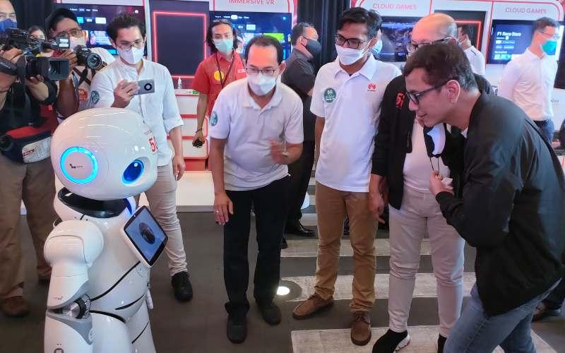 Komisaris Utama Telkomsel Wishnutama berbicara dengan robot 5G.