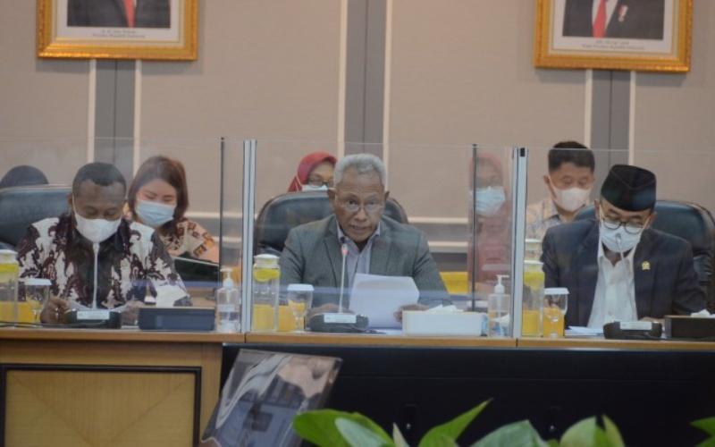 Ketua Panitia Khusus Otonomi Khusus (Otsus) Papua DPR RI Komarudin Watubun (tengah) saat Rapat Kerja Pansus Otsus Papua DPR RI dengan Wakapolri, Wakil Jaksa Agung, dan Komite I DPD RI - DPR RI/Agung