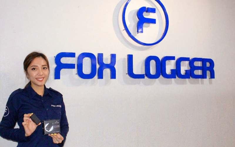 Pegawai Fox Logger memegang salah satu produk GPS Fox Logger. - istimewa