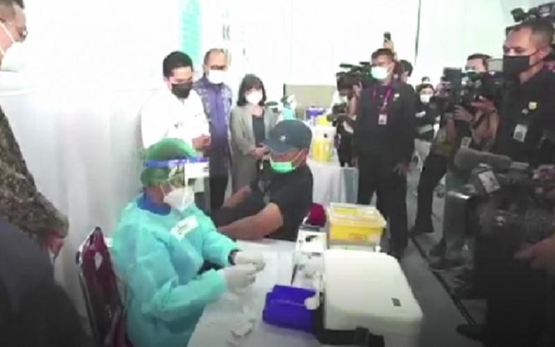 Menteri BUMN Erick Thohir bersama Ketua Umum Kadin Indonesia Rosan Roeslani meninjau pelaksanaan vaksinasi Gotong Royong di Jakarta, Rabu (19/5/2021). - Antara