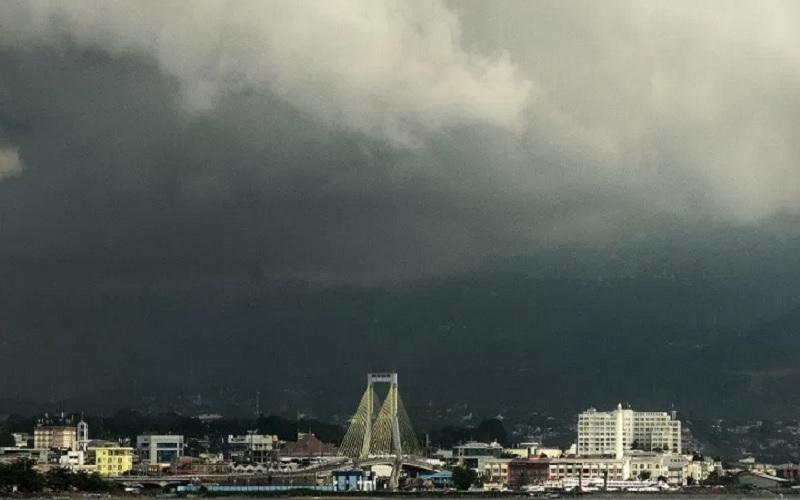 Awan gelap menggelayut di atas kota Manado, Sulawesi Utara, Kamis (27/5/2021). - Antara