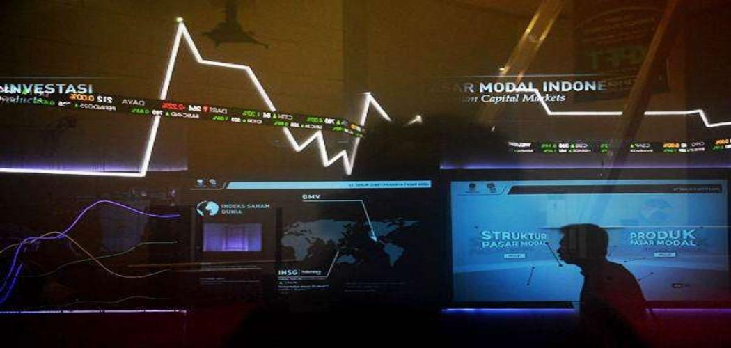 Karyawan melintas di bawah layar monitor pergerakan Indeks Harga Saham Gabungan (IHSG) di Bursa Efek Indonesia (BEI), Jakarta, Kamis (13/9/2018). - ANTARA - Sigid Kurniawan