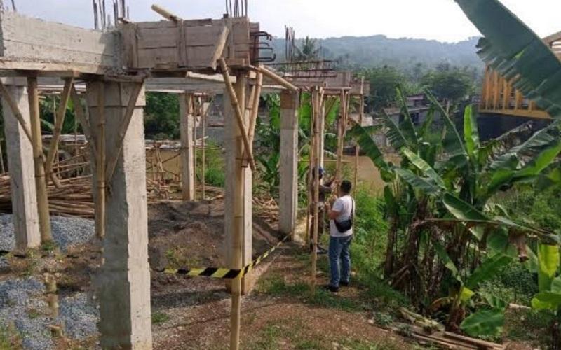 Bangunan liar milik Dedi Mulyadi yang berada di sempadan Sungai Ciherang disegel Satpol PP Kabupaten Purwakarta. - Istimewa