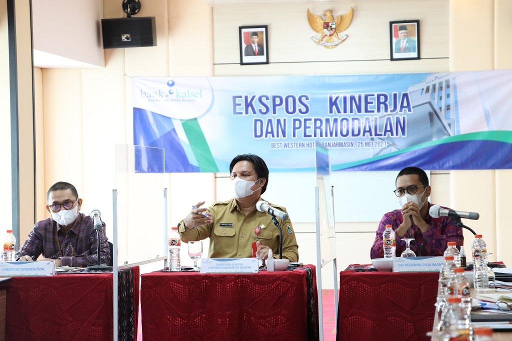 Foto: Sekda Prov Bersama Direktur Operasional Bank Kalsel dan Perwakilan OJK