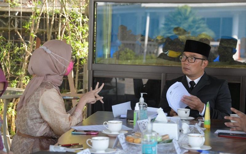 Gubernur Jabar Ridwan Kamil (kanan) saat menerima kunjungan kerja Staf Khusus Presiden Angkie Yudistia di Gedung Pakuan, Kota Bandung, Jumat (28/5 - 2021).