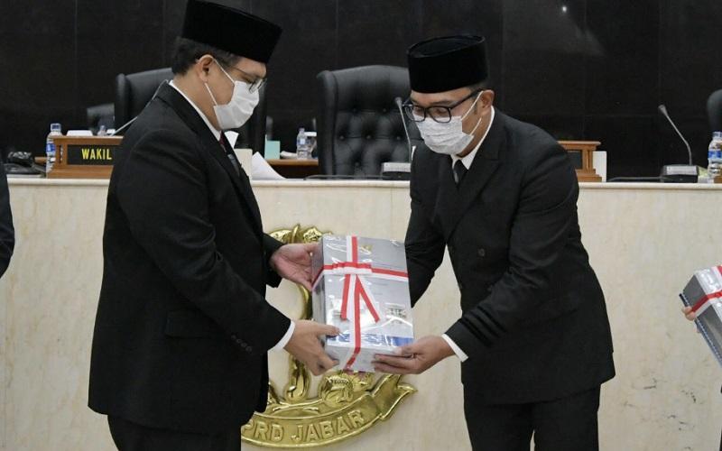 Gubernur Jawa Barat Ridwan Kamil (kanan) menghadiri Rapat Paripurna DPRD Jabar terkait Penyerahan Laporan Hasil Pemeriksaan (LHP) atas Laporan Keuangan Pemerintah Daerah (LKPD) Provinsi Jawa Barat Tahun Anggaran 2020, di Ruang Sidang DPRD Jabar, Jumat (28/5 - 2021).