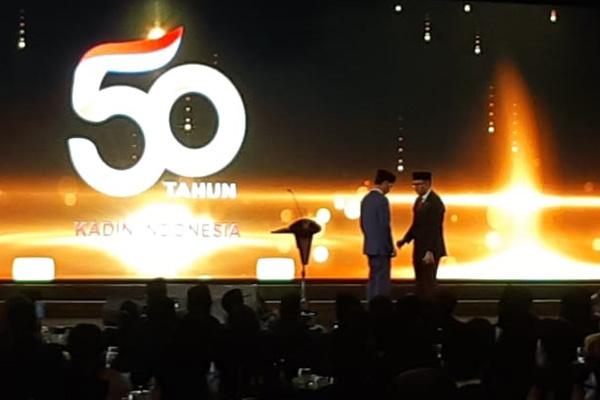 Umum Kamar Dagang dan Industri (Kadin) Roslan P. Roslani memberikan anugerah kepada Presiden Joko Widodo sebagai 'Tokoh Pemerataan Pembangunan' di HUT Kadin ke-50 tahun, Senin (24/9/2018). - Bisnis/Amanda Kusumawardhani