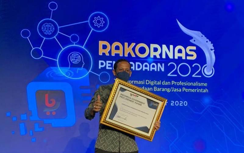Menteri Pendidikan dan Kebudayaan Nadiem Makarim berfoto setelah menerima penghargaan Indonesia Government Procurement Awards dari Lembaga Kebijakan Pengadaan Barang/Jasa Pemerintah (LKPP) untuk kategori Kementerian dengan Inovasi Pengadaan yang Mendukung Transparansi Belanja Pengadaan. - Istimewa