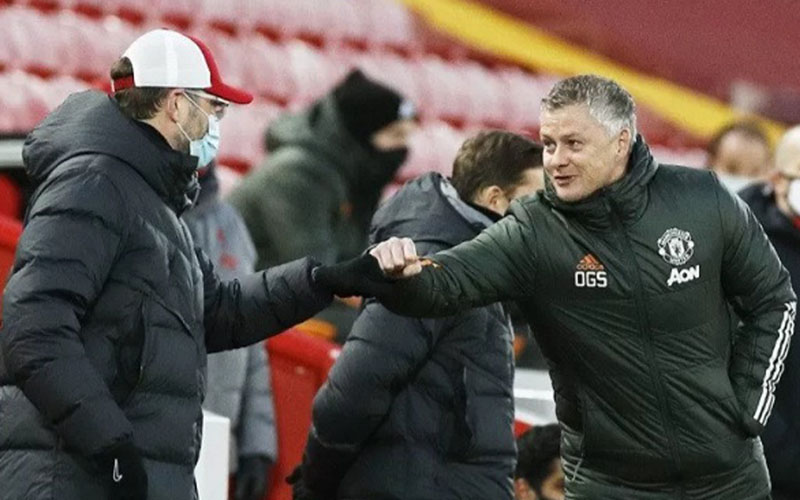 Pelatih Manchester United Ole Solskjaer (kanan) dan pelatih Liverpool Jurgen Klopp./Antara - Reuters