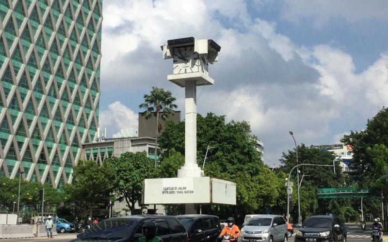 Menara Jam Thamrin yang terletak di perempatan antara Jalan MH. Thamrin dan Jalan Kebon Sirih, Jakarta Pusat, Jumat (28/5/221) - Antara/Mentari Dwi Gayati