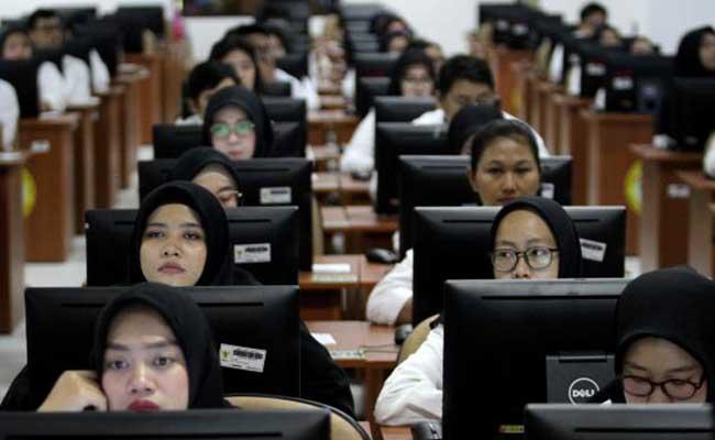 Peserta mengikuti Seleksi Kompetensi Dasar (SKD) berbasis Computer Assisted Test (CAT) untuk Calon Pegawai Negeri Sipil (CPNS) di kantor Badan Kepegawaian Negara (BKN) Pusat, Jakarta, Senin (27/1/2020). JIBI/Bisnis - Arief Hermawan P