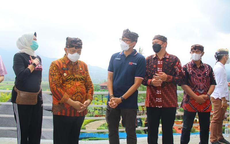Menparekraf Sandiaga Salahuddin Uno (tiga dari kiri) bersama Bupati Malang M. Sanusi (dua dari kiri) dan Wali Kota Batu Dewanti Rumpoko (paling kiri) saat mempromosikan